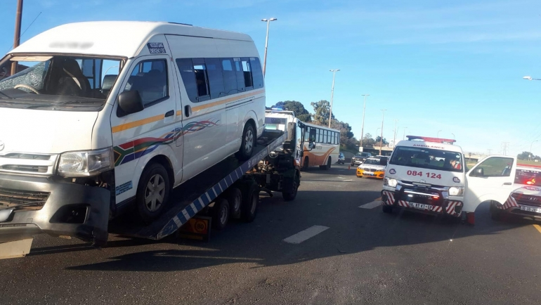 BOOYSENS-Taxi overturns leaving thirteen injured