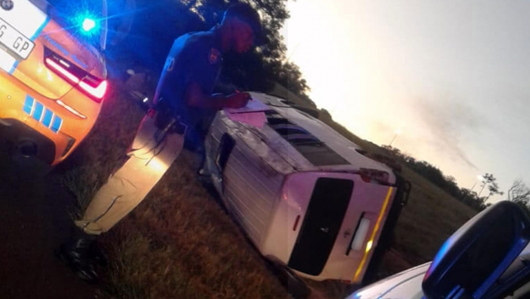 JOHANNESBURG–Taxi rollover leaves fifteen injured